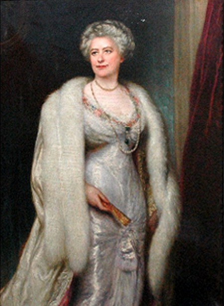 A Lady Wearing Pearls And A Fur Wrap
